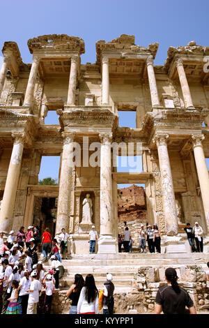 Selçuk, Turchia - 21 Aprile 2008: turisti sui gradini delle rovine dell' antica libreria romana di Celso nell'antica Foto Stock