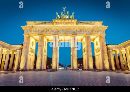 Visualizzazione classica del famoso Brandenburger Tor (Porta di Brandeburgo), uno dei più noti monumenti e simboli nazionali della Germania, in Twilight, Berlino Foto Stock
