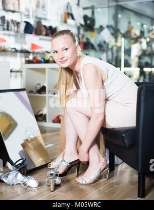 Foto  Wolfgang Kumm · Acquirente cerca su lucido ad alta sandali con tacco  di una calzatura store Foto Stock a06d25140b9