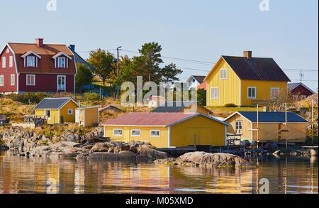 Case in legno tradizionali, Ankarudden, Sodermanland, Svezia e Scandinavia. Per i passeggeri dei traghetti nel porto Foto Stock