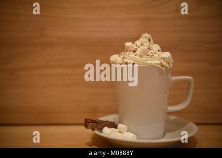 Il cibo e le bevande fotografia immagine di una fresca fatta in casa di cioccolata calda da bere in un bianco tazza Foto Stock