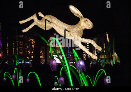 Londra, Regno Unito. Xx gen, 2018. Lanterna Company per la vita notturna di installazione di animali, farfalle e fiori in Leicester Square come parte di Lumiere London 2018. La città-wide light festival organizzato dal sindaco di Londra e carciofo è previsto di elaborare a 1,25 milioni di visitatori al di sopra dei suoi quattro giornate 18th-21st Gennaio a Londra, Regno Unito. Il 20 gennaio 2018. Credito: Antony ortica/Alamy Live News Foto Stock