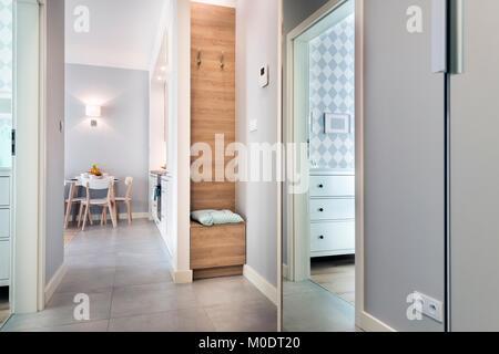 Elegante appartamento grigio interno con pavimenti in legno duro