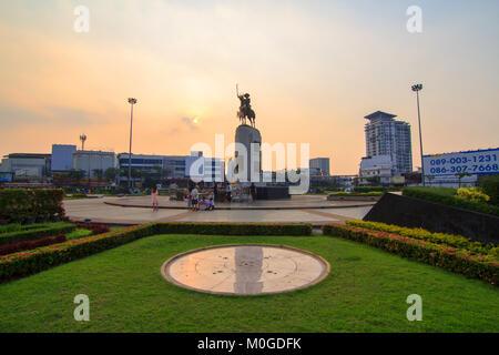 Bangkok, Tailandia - 17 gennaio, 2018: Re Taksin statua a cerchio Wongwainyai