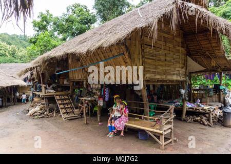 Asia,Thailandia,Chiang Mai,Ban Huay Pa Rai Hill Tribe Village,lungo collo donna Foto Stock