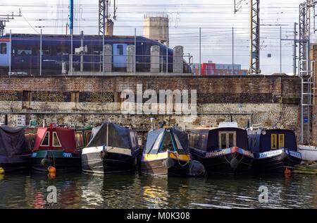 Case galleggianti sul Regent's Canal vicino a King's Cross St Pancras Station di Londra England Regno Unito Regno Foto Stock