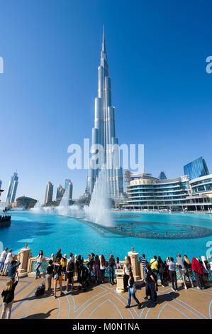 DUBAI, Emirati Arabi Uniti - 02 GEN 2018: turisti vengono a guardare il fountainshow davanti al Burj Khalifa nel Foto Stock