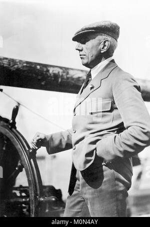 Roald Amundsen. La norvegese esploratore polare Roald Engelbregt Gravning Amundsen (1872-1928) al volante di una barca c.1920. Foto Stock