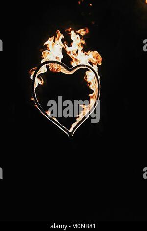 A forma di cuore ad fuochi d' artificio su sfondo nero, incendio mostrano nella notte. Buon San Valentino card. Bengala a fuoco che arde nel cuore. spazio per il testo. il matrimonio o valen