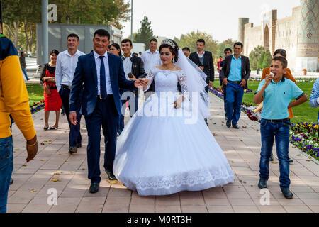 """Un 'Just Married """" Coppia Giovane arrivano al Registan complesso per le loro foto di nozze, il Registan, Samarcanda, Foto Stock"""