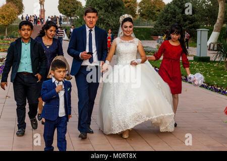 """Un 'Just Married """" Coppia Giovane arrivano al Registan complesso per le loro foto di nozze, Samarcanda, Uzbekistan Foto Stock"""