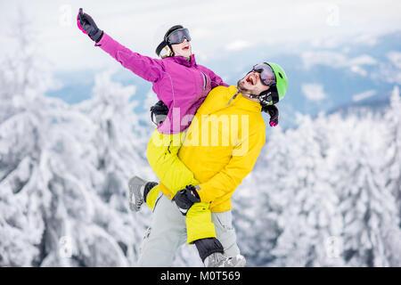 Matura in abbigliamento sportivo durante la vacanza invernale sulle montagne Foto Stock