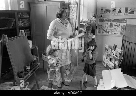 Villaggio scuola primaria degli anni settanta in Inghilterra. Cheveley Cambridgeshire 1978 70S UK HOMER SYKES Foto Stock