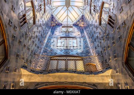 L'atrio coperto di piastrelle blu della Casa Batllo è Barcellona Foto Stock