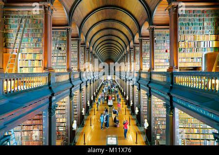 La sala lunga, la vecchia libreria del Trinity College di Dublino, Irlanda Foto Stock