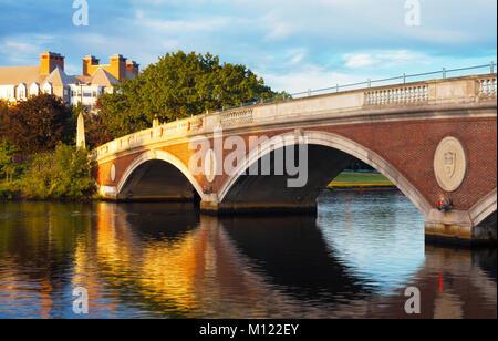 Harvard passerella sul fiume Charles e links Cambridge e Boston con riflessioni sull'acqua sottostante. Bella la Foto Stock