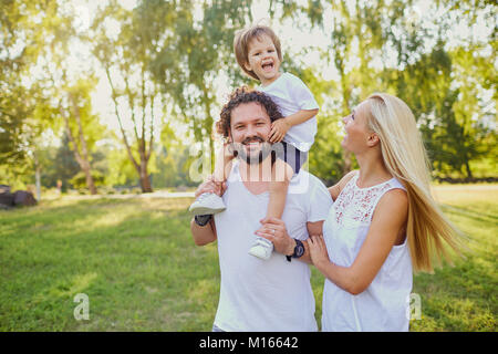 La famiglia felice nel parco. Foto Stock