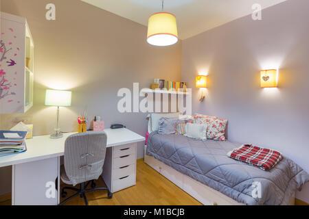 Camera da letto con letto singolo, bianco scrivania e sedia Foto ...