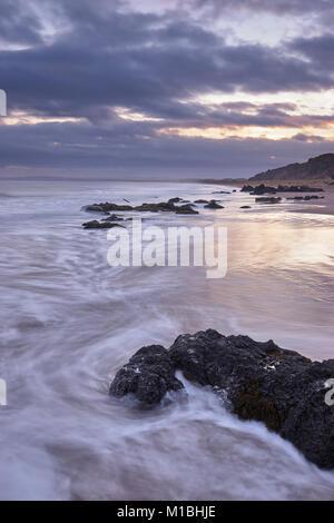 San Ciro beach, Aberdeenshire, Scozia. Una riserva naturale nazionale. Nuvoloso Tramonto Foto Stock