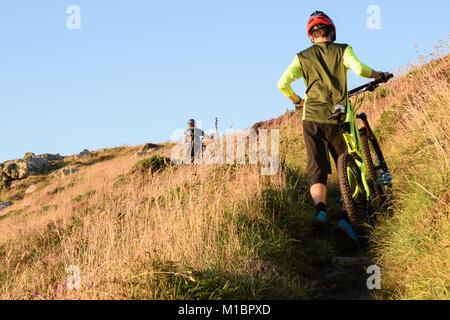 Jake Marsh Enduro Mountain Bike spingendo verso l'alto, Gwenver, Sennen, Cornwall, Regno Unito