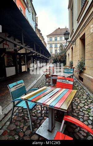 Tavoli E Sedie Heineken.Vecchia Sedia In Legno In Un Bar Barcellona Foto Immagine Stock