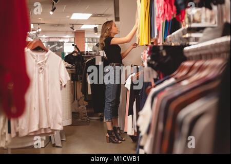 Bella donna di shopping per i vestiti Foto Stock