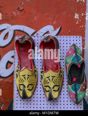 Colorato orientali scarpe etniche sul mercato delle pulci a Jaipur, India. Foto Stock