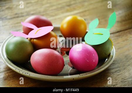 Cena di gala tabella impostata per il brunch pasquale decorate in verde e rosa di colori. Da vicino i dettagli delle Foto Stock