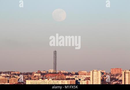 Leaside, Toronto, Canada. 30 gen, 2018. Super Blue Moon Rising oltre la torre cellulare in abitazioni residenziali Foto Stock