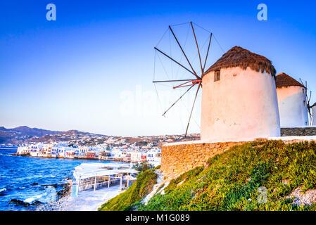 Mykonos, Grecia. Mulini a vento di Kato Mili sono funzione iconica dell'isola greca di Mikonos, Isole Cicladi. Foto Stock