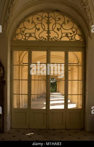 Vista attraverso la porta di ingresso al corridoio arcade Foto Stock