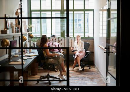 Riunioni di team aziendali in un ufficio stand Foto Stock