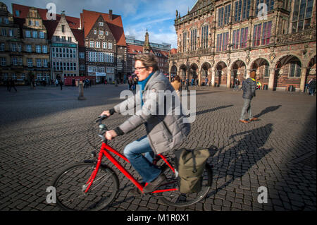 La vita quotidiana all'Am Markt, nel centro storico di Brema, Germania. Foto Stock