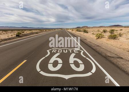 La storica Route 66 marciapiede segno vicino Amboy in California Mojave Desert. Foto Stock