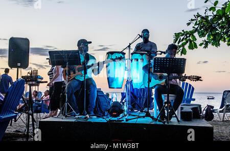 Band locale giocando al tramonto in Playa Hermosa Costa Rica America Centrale Foto Stock