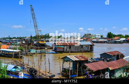 Chau Doc, Vietnam - il Sep 1, 2017. Le case galleggianti sul fiume in estate in Chau Doc, Vietnam. Chau Doc è una Foto Stock