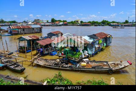 Chau Doc, Vietnam - il Sep 1, 2017. Le case galleggianti sul fiume in Chau Doc, Vietnam. Chau Doc è una città nel Foto Stock