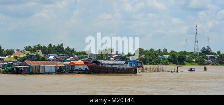 Chau Doc, Vietnam - il Sep 1, 2017. Le case galleggianti sul fiume Mekong in Chau Doc, Vietnam. Chau Doc è una città Foto Stock