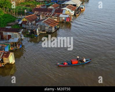 Chau Doc, Vietnam - il Sep 3, 2017. Una barca di legno con le case galleggianti in Chau Doc, Vietnam. Chau Doc è Foto Stock