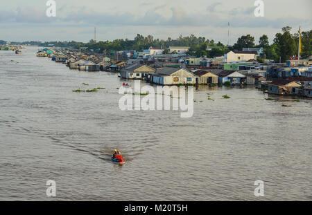 Chau Doc, Vietnam - il Sep 3, 2017. Le case galleggianti con barca sul fiume in Chau Doc, Vietnam. Chau Doc è una Foto Stock