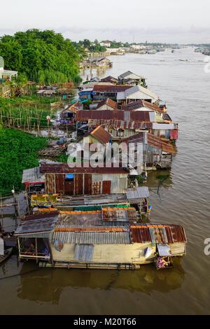 Chau Doc, Vietnam - il Sep 3, 2017. Le case galleggianti sul fiume Bassac in Chau Doc, Vietnam. Chau Doc è una città Foto Stock
