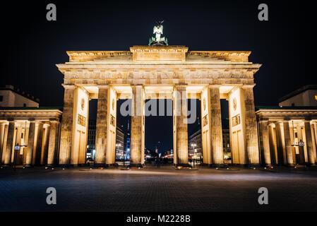 La Porta di Brandeburgo di notte. La più famosa destinazione in Berlin Foto Stock