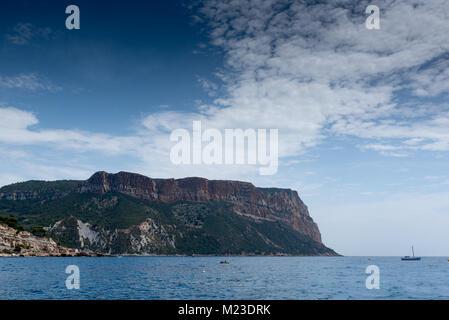 Vista sul Capo Canaille dal mare, Francia, Cassis, estate Foto Stock