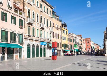 Via Giuseppe Garibaldi, Castello, Venezia, Veneto, Italia, una strada popolare tra la gente del posto che gode di Foto Stock
