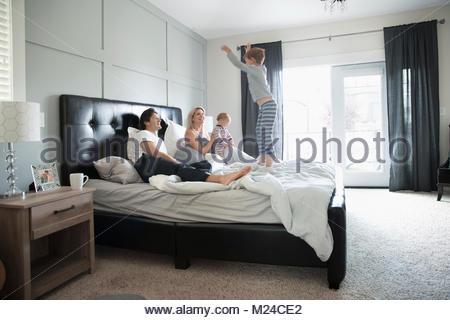 Famiglia e rilassante di saltare sul letto Foto Stock