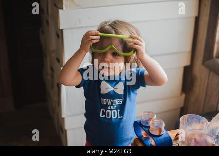 A 3 anni ragazza toddler lavora con la scienza apparati sperimentali Foto Stock