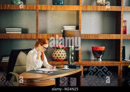 Giovane imprenditrice utilizzando computer tablet Foto Stock