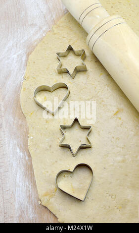 Cuore e stella biscotto taglierine in pasta Foto Stock