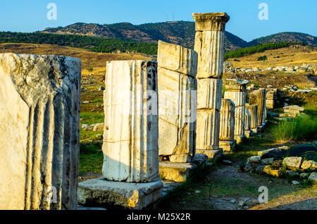 Colonne antiche di Ierapoli, Pamukkale, Turchia Foto Stock