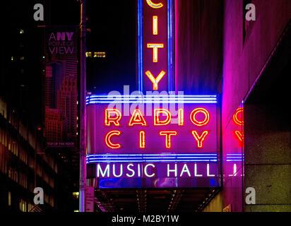Fuori le luci al neon di Radio City Music Hall di New york, Stati Uniti d'America, Foto Stock